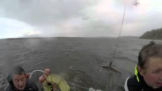 Макарьевская регата 2015 Яхта EK Marine снимает с мели яхту  Фламинго (Нижний Новгород)