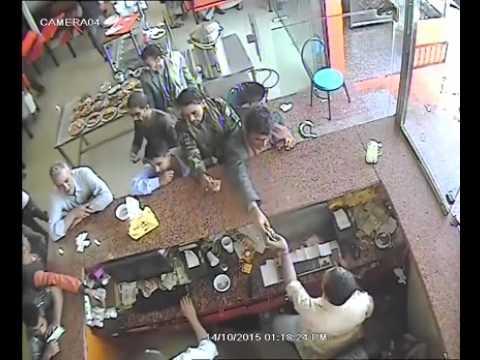فيديو: شاهد نشال محترف يسرق تلفون مواطن في أحد مطاعم صنعاء