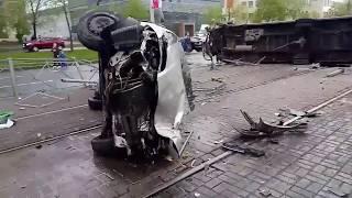 Смотреть видео Жуткая авария на Бухарестской у института Кино и телевидения.Легковушка, трамвай, микроавтобус. онлайн