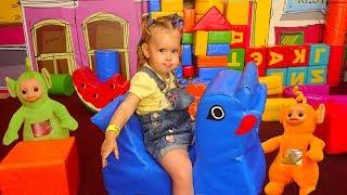 Телепузики грати в хованки з Амелієй на дитячому майданчику
