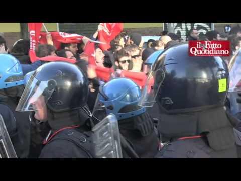 Bologna, scontri con la polizia dopo sgombero ex palazzina Telecom: due contusi