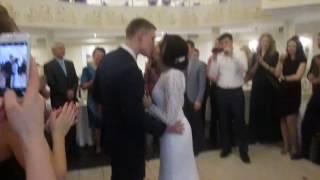 Очень милый поцелуй невесты и жениха)))