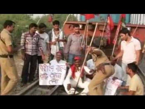 Bharat Bandh: Samajwadi Party workers stop trains in Allahabad