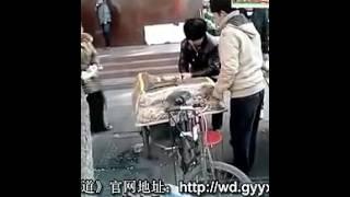 徐州少年智斗切糕党,切了就跑,新疆人都傻掉!