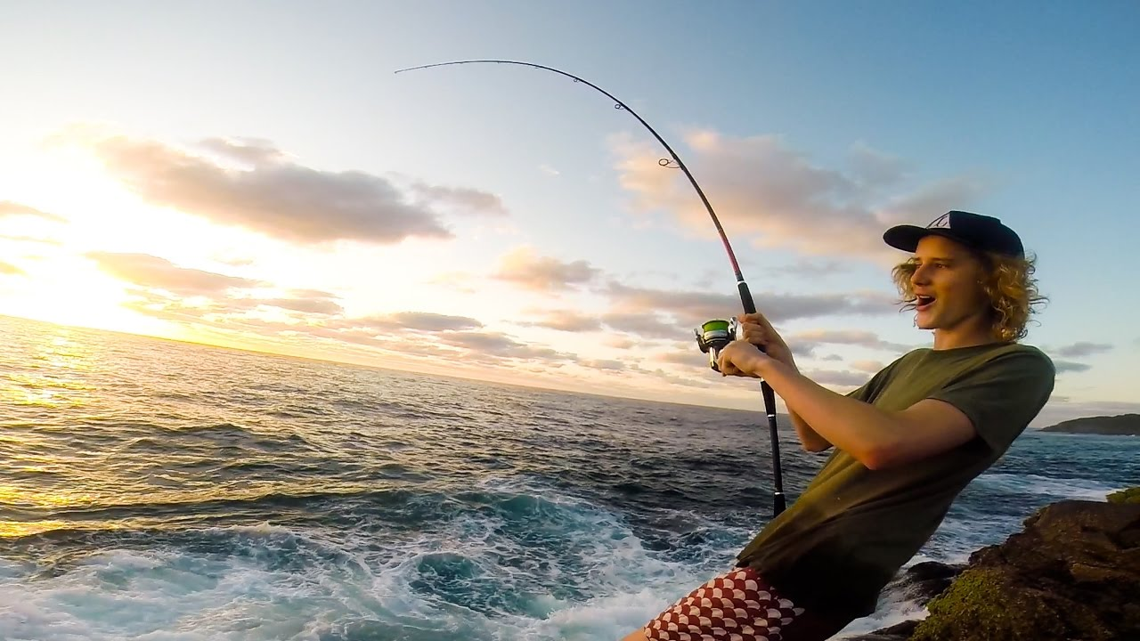 BIG hookup !! Fishing for Kingfish and Tuna off the Rocks / Land Based Game Fishing