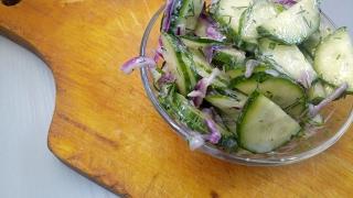 Салат из огурцов с соусом