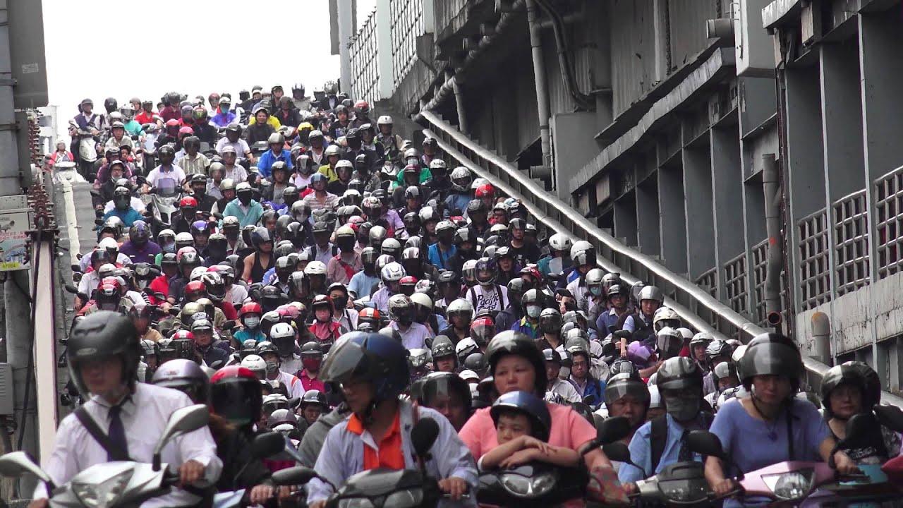 臺北市 早上 臺北橋 尖峰時段 騎摩托車 上班車潮 - YouTube