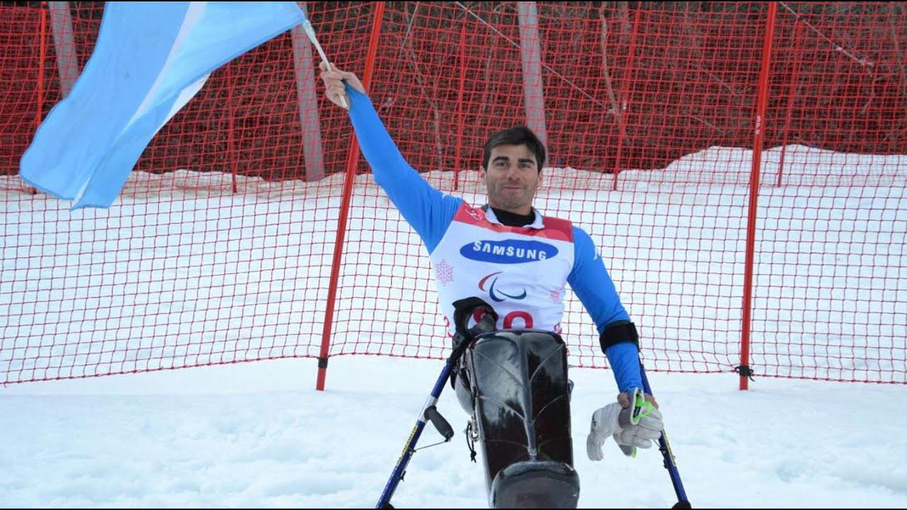 Es esquiador paralímpico, pero no puede entrenar porque no le dejaron subir su monoski al avión