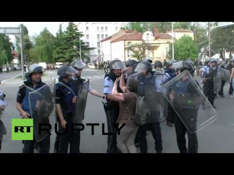 Macedonia: Scuffles erupt between riot police and protesters in Skopje
