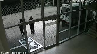 Cemafé: se cayó una puerta de ingreso. VIDEO