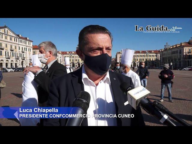 Cuneo: cuochi e baristi in piazza chiedono aiuto