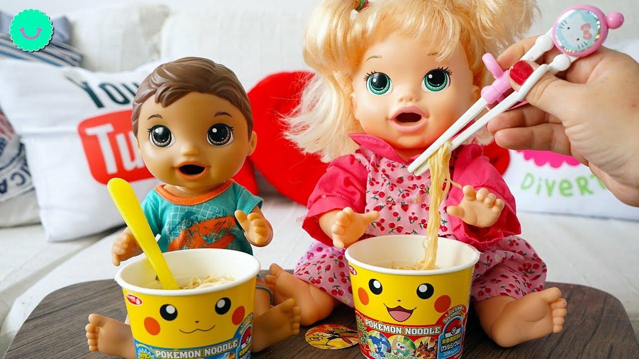 Sara y Luke comen fideos de Pikachu con sorpresa 🍜