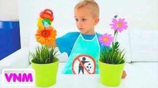 Vlad và Nikita giả vờ chơi với đồ chơi dọn dẹp và giúp mẹ