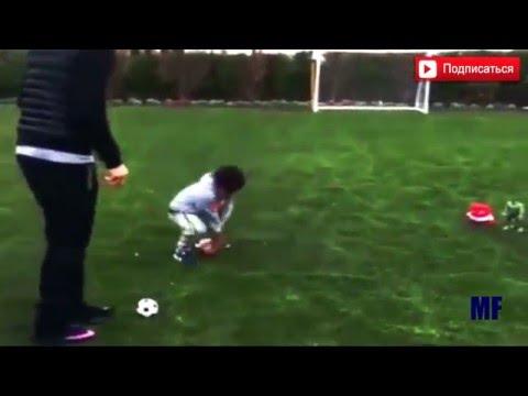 Криштиану Роналду играет вместе сыном в футбол