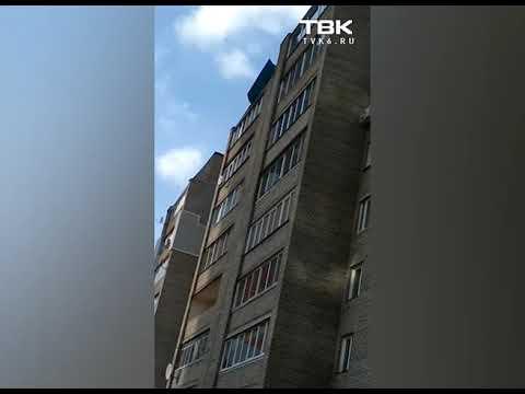 Ветром срывает крышу с многоэтажки в Красноярске