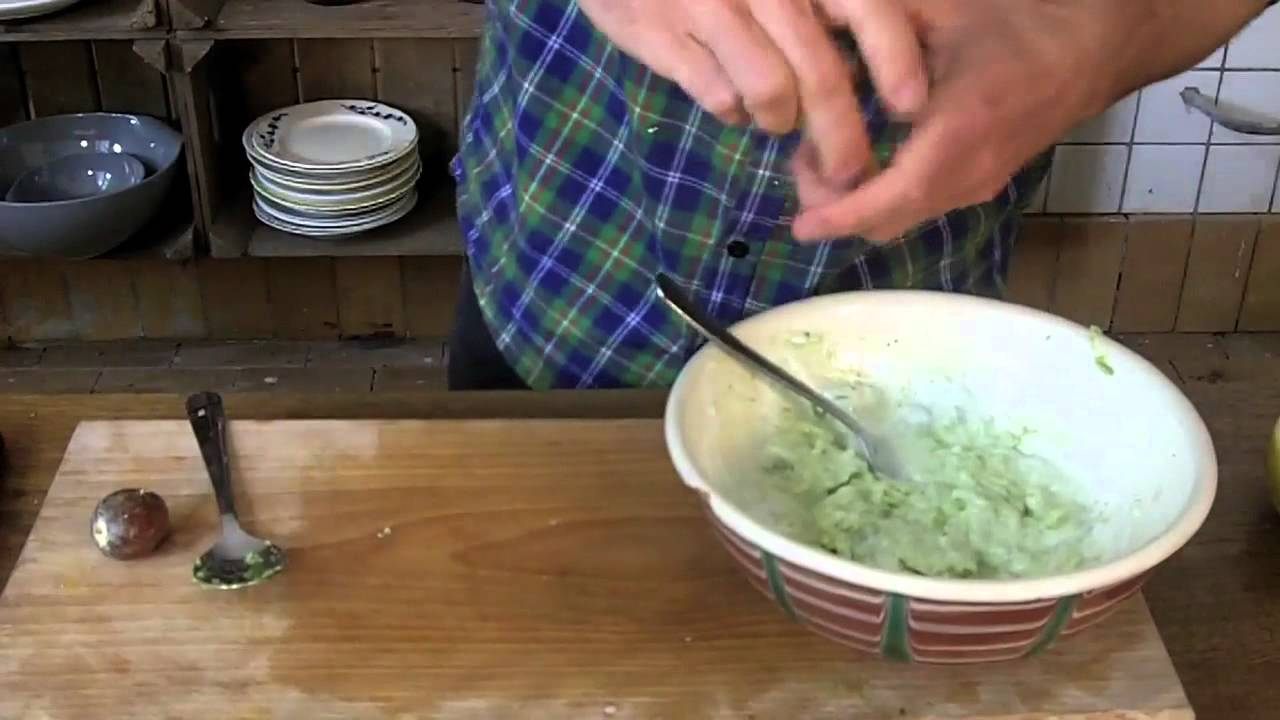 Sprød Pizza Med Avokadocreme Og Agurk Samt Rimmet Laks Med Sprød