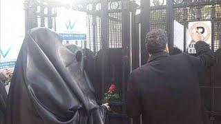 Διαμαρτυρία με μπούργκες έξω από την ιταλική πρεσβεία στην Αθήνα…