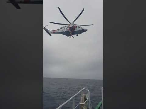 Exercicio de evacuación no mar entre o Pesca 2 e un arrastreiro