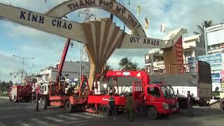 Video Clip HOT: Xe Tải Tông Gãy Cổng Chào Mỹ Tho - Tiền ...