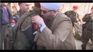 Радостные Сирийцы обнимают Чеченских полицейских. После разгрома ИГ