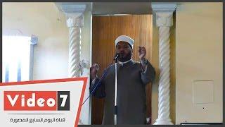 إمام مسجد مصطفى محمود يلتزم بخطبة الأوقاف بدون الورقة