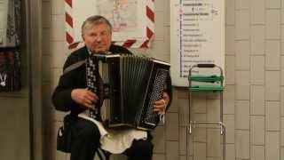 Баянист из России в берлинском метро 2 [Музыка Европы]
