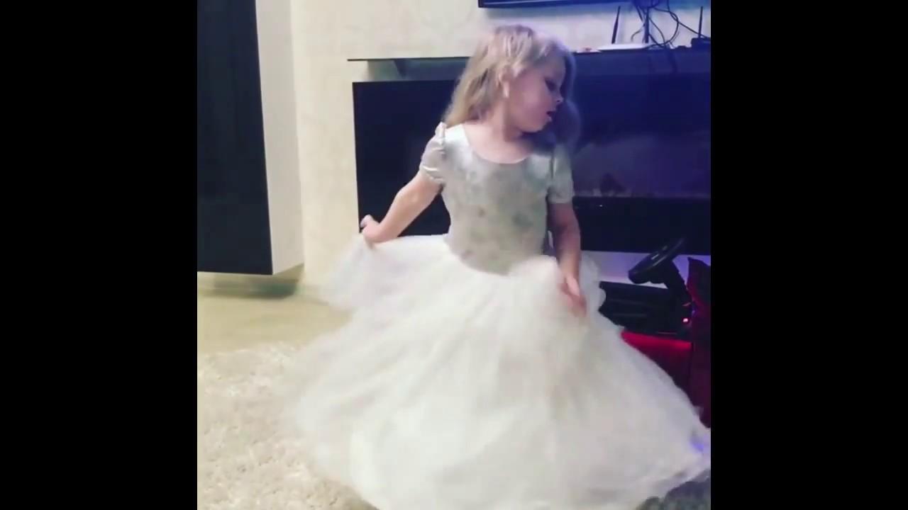 Танцует в платье видео