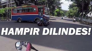 ROADRAGE - Langgar Lampu Merah Metro Mini Tabrak Pemotor!