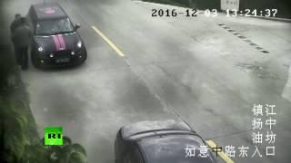 Не та педаль  водитель в Китае перепутал газ с тормозом и упал в реку