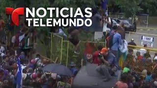 migrantes logran romper cerca en la frontera y entran corriendo a méxico noticiero telemundo