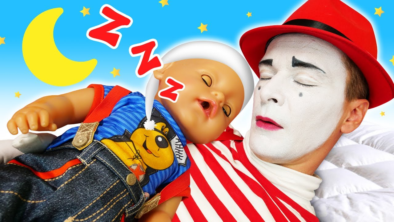 ¡Una cama columpio para la muñeca bebé! Vídeos educativos para niñas en español. Videos de niñas