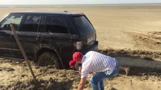 Машина застряла в песке Range Rover. Слабонервным НЕ СМОТРЕТЬ !!!(Как Коваленко скрывает, что Он застрял в песках не далеко от г. Ейска-23. наверное был пьян и гоняли по побереж..., 2016-09-19T19:47:40.000Z)