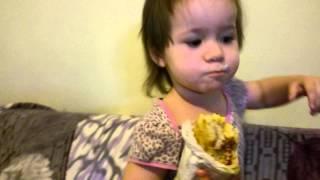 Ариша кушает сувлаки