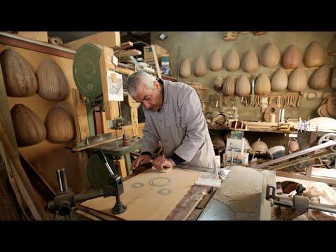 -سلطان العزف-.. لبناني يواصل شغفه بصناعة العود