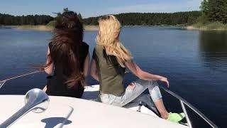 Девчонки катаются на катере по озеру Селигер.