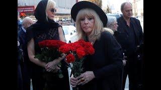 Пугачева удивила своим поведением на церемонии прощания с Кобзоном. Мало кто ожидал, что придет