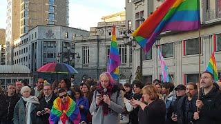 Lectura del manifiesto para mantener los bancos arcoíris en La Escandalera de Oviedo