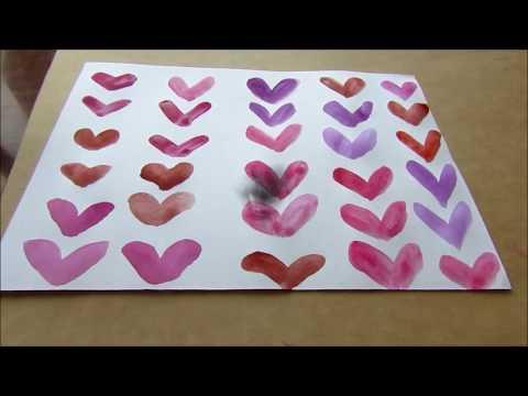 Рисуем красками фон из сердечек. Раскрашиваем цветными карандашами узор
