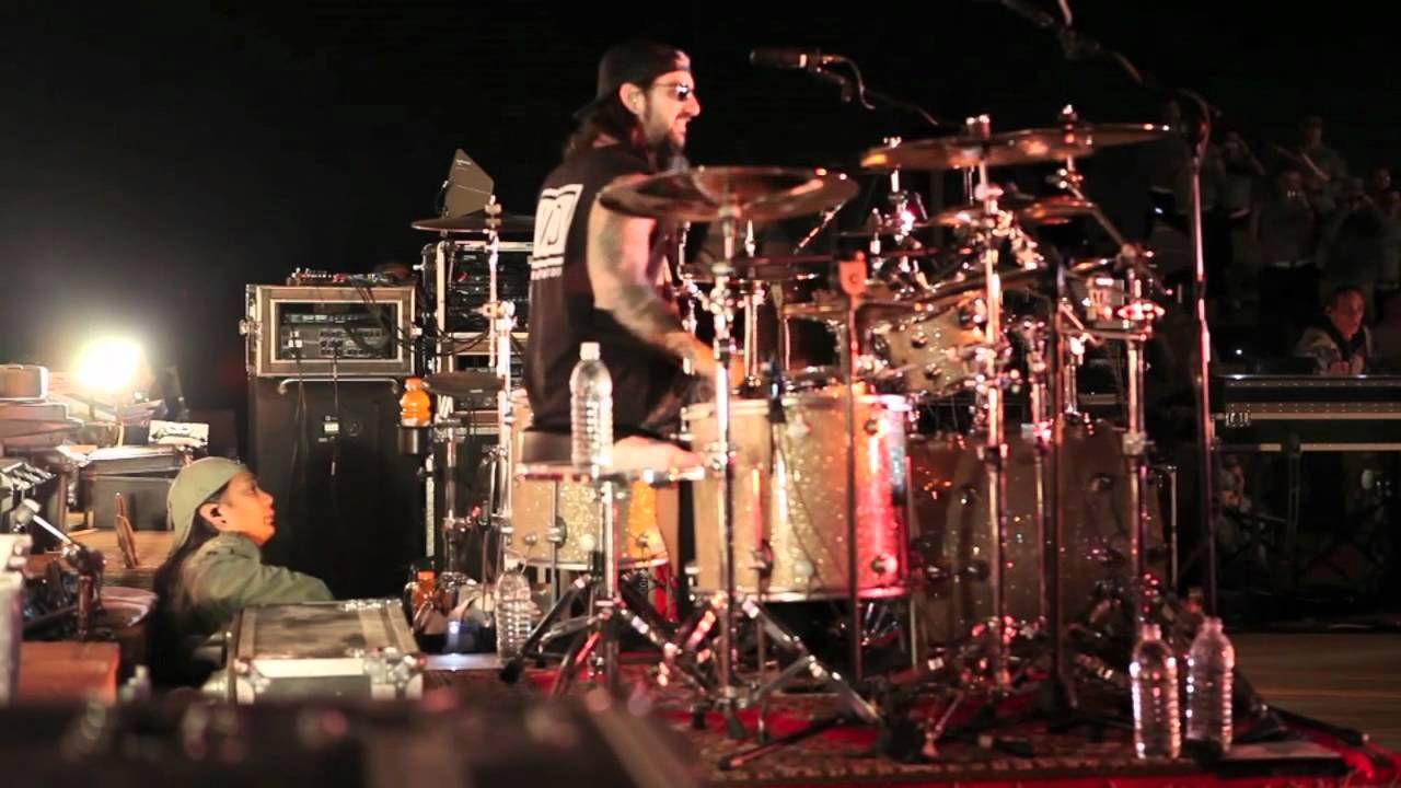 Clip: Avenged Sevenfold with Mike Portnoy in Iraq ...