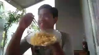 Lucu sedang memakan mie jatuh