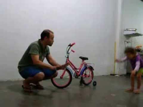 Hanna's first time riding a bike- Hanna pela primeira vez pedala uma bike.