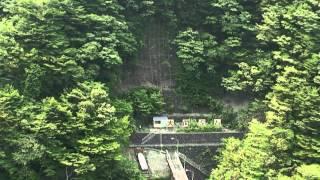 静岡県 大井川上流に位置する寸又峡、ここにかかる「夢の吊り橋」の真ん...