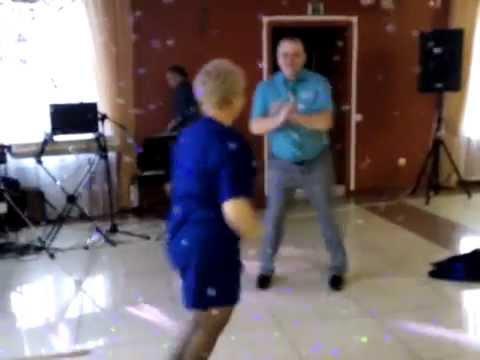 жена танцует на