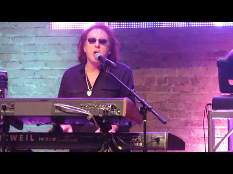 Denny Laine Surprises Tribute Band and Plays Go Now with them