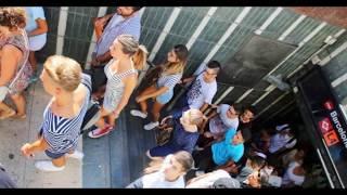 Reyerta entre los pasajeros del Metropolitano de Barcelona con un herido de arma blanca.