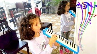 ПЕРВЫЙ УРОК Музыки у АЛИС! Играем НА ВСЕХ Музыкальных инструментах! КОНКУРС для ПОДПИСЧИКОВ!