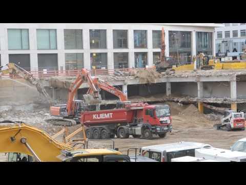 Großbaustelle in Düsseldorf Bagger und LKW ungeschnitten