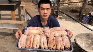 218块钱买了12个大猪蹄,阿远先卤完再烤,10个人都吃撑了