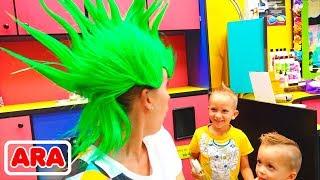فلاد و نيكيتا ووالدتهم في صالون حلاقة شعر الأطفال! تسريحات شعر جديدة للأطفال