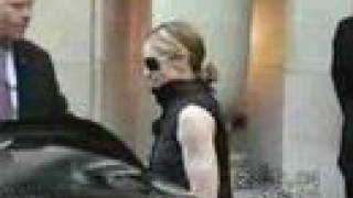 Madonna leaves hotel George v in Paris 2004